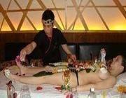 Un cuoco serve il sushi su una modella allo Yoshi