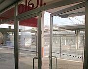 Porta aperta e cancellata chiusa davanti alla biglietteria Ntv all'ex Air Terminal (Zanini)