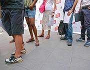 In fila con sandali e pantaloni corti, ma niente mare: si cerca lavoro