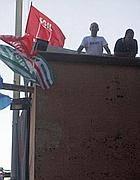 Lavoratori sul tetto degli studios a Cinecittà (Jpeg)