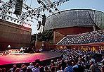 Folla per Joan Baez - Folla e applausi scroscianti nella cavea dell'Auditorium Parco della Musica, venerdì sera,  per la folksinger statunitense Joan Baez. Spettatori assiepati in ogni ordine di posti nella piazza all'aperto tra i «gusci» di Renzo Piano. La Baez ha cantato nella Capitale durante una tappa del suo tour «An Intimate Evening with Joan Baez». L'icona del pacifismo e dei diritti civili era ospite della manifestazione Luglio Suona Bene 2012
