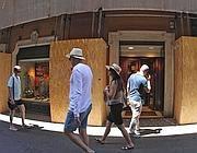 Le vetrine di �Cenci�: niente code, solo pochi clienti (foto Jpeg)