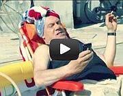 Verdone-Enzo nella piscina di gomma,  dal video  «Resto a Roma»