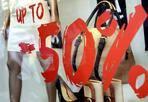 Saldi irregolari  - Operazione della Guardia di Finanza sul litorale romano, in occasione dei saldi estivi: 126 gli accertamenti di irregolarità. In particolare, in 98 negozi non venivano emessi tutti gli scontrini e le ricevute fiscali; in 28 veniva violata la norma che impone di indicare il prezzo iniziale e la percentuale di sconto o di ribasso praticata.