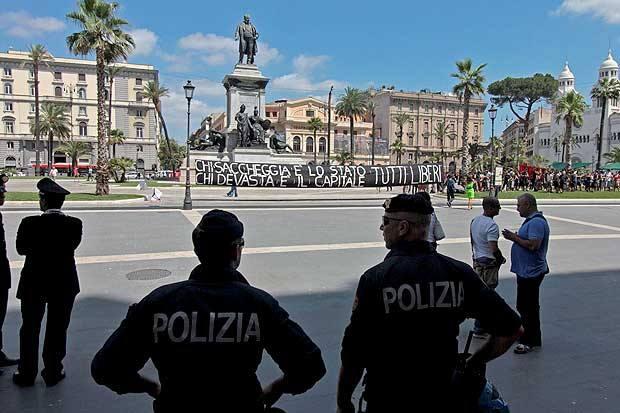 Il giorno di «10x100) - Sit-in nei giardini di piazza Cavour davanti alla Cassazione: i manifestanti solidarizzano con i dieci imputati No-Global condannati per devastazione e saccheggio durante il G8 di Genova del 2001. La Suprema Corte è presidiata da centinaia di uomini delle forze dell'ordine, tra agenti di polizia e carabinieri. In pratica il Palazzaccio «è bunkerizzato e lo rimarrà per tutta la giornata», spiega uno dei responsabili del dispositivo di sicurezza. I dieci imputati hanno ricevuto dalla Corte di Appello di Genova condanne pesanti mediamente pari a dieci anni di reclusione ciascuno, e rischiano di entrare in carcere se venisse confermata la sentenza di appello perché solo tre anni sono coperti dal condono. I manifestanti hanno anche montato una tenda per proteggersi dal sole (foto Jpeg)