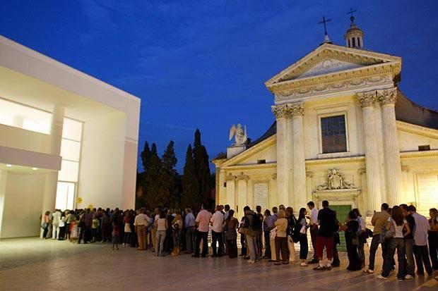 La cultura vien di notte - Apertura straordinaria sabato notte per il museo dell'Ara Pacis: l'iniziativa  si ripeterà ogni sabato fino al 1 settembre (orario dalle 20 alle 24) in Lungotevere in Augusta (angolo via Tomacelli). Ultimo ingresso alle 23. Diventa così possibile visitare anche il sabato sera la mostra «Avanguardie russe - Maleviç, Kandinskij, Chagall, Rodçenko, Tatlin e gli altri». La visita guidata (alle 21) si può prenotare con Munus 06.44239949