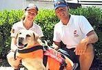 Ariel (Totti), eroina del mare - Ariel, il labrador di Francesco Totti, è ormai una veterana tra i cani-bagnino in forza alla Scuola Italiana Cani Salvataggio. Domenica ha messo a segno un doppio salvataggio in mare: a nord di Civitavecchia, insieme al suo conduttore e ad altre due unità cinofile, ha soccorso una bambina di 8 anni e un uomo di 64 che rischiavano di annegare. E con questa «impresa», a sei anni, ha già salvato tre vite. È accaduto alle 12, nella zona di Sant'Agostino, dove a causa del forte vento la bambina si è ritrovata in difficoltà a trenta-quaranta metri dalla riva. Più distante ancora c'era l'uomo, L.M., di Terni. Le unità cinofile, ovvero cani e conduttori, hanno salvato in contemporanea tutti e due, riportandoli a riva. Ariel è uno dei due labrador (l'altro si chiama Flipper) regalati a Francesco Totti e Ilary Blasi dall'allora sponsor della Roma in occasione della nascita del loro primo figlio, Christian. Il capitano giallorosso decise di destinarli ad attività sociali e di farli diventare «baywatch» a quattro zampe. Scelta premiata, visto che Ariel, già nel 2008, aveva salvato dall'annegamento una ragazza ad Ostia.  Gli altri cani protagonisti del soccorso di domenica si chiamano Attila e Mia, anche loro labrador, tra le razze più portate per il soccorso in acqua. Con il doppio salvataggio di domenicao da inizio luglio sono 12 le vite umane soccorse dalle unità cinofile della Sics, un «esercito» di 350 cani e conduttori, volontari, operativi sulle spiagge italiane. Nel Lazio la Sics ha sei postazioni di sicurezza. Nella zona del soccorso di oggi le unità cinofile lavorano con il coordinamento della Capitaneria di Porto di Civitavecchia e in collaborazione con i bagnini della spiaggia (foto Ansa)