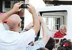 A Frascati 32 anni dopo - Trentadue anni dopo la visita di Giovanni Paolo II, Frascati ha accolto domenica mattina Papa Benedetto XVI che compie nella cittadina tuscolana il suo 30esimo viaggio pastorale in Italia, arrivando in auto da Castelgandolfo, dove risiede in estate. A salutare il Pontefice al suo arrivo c'erano migliaia di persone arrivate nella cittadina dei Castelli Romani fin dal primo mattino. Il benvenuto al Santo Padre in piazza San Pietro sulla scalinata della cattedrale dove poi si è celebrata la S. Messa è stato dato da monsignor Raffaello Martinelli con il sindaco di Frascati Stefano Di Tommaso, il ministro della Cooperazione Andrea Riccardi, il nunzio in Italia Adriano Bernardini. Pochi minuti prima di Benedetto XVI è giunto il segretario di Stato, Tarcisio Bertone, che di Frascati è vescovo titolare dal 2008. Si tratta della visita di un papa alla cittadina laziale dopo quasi 32 anni: Giovanni Paolo II ci era stato l'8 settembre 1980, a festeggiare il terzo centenario della consacrazione del duomo. Prima la diocesi tuscolana era stata visitata da Paolo VI il primo settembre 1963 e da Giovanni XXIII il 19 maggio 1959 (foto Jpeg)
