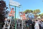 Torna viale Spizzichino - E' stata ricollocata  lunedì 16 luglio la targa «Viale Settimia Spizzichino - vittima della persecuzione nazista (1921-2000)». L'indicazione stradale dedicata all'unica donna superstite della retata al Ghetto di Roma del 16 ottobre del 1943 era stata trafugata da ignoti pochi giorni fa. La targa è stata riposizionata al Parco di via di Grottarossa,. Alla cerimonia, oltre all'assessore alla Cultura e alla Memoria del Municipio XI e nipote della Spizzichino, Carla Di Veroli, e ai pronipoti di Settimia, Jonathan e Miriam Spizzichino, erano presenti tra gli altri il sindaco di Roma, Gianni Alemanno, il presidente della Provincia di Roma, Nicola Zingaretti, il presidente della Comunità ebraica di Roma, Riccardo Pacifici, il presidente del Municipio XX, Gianni Giacomini, e il questore di Roma, Fulvio Della Rocca. «Chi pensava che basta trafugare una targa per cancellare la memoria - ha detto Miriam Spizzichino, pronipote di Settimia - ha ottenuto l'effetto opposto: noi non dimenticheremo mai cos'è stata la Shoah»  (foto Jpeg)