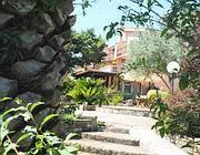 Il giardino della villa, teatro dell'aggressione (Proto)