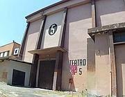 L'esterno del Teatro 5 dopo l'incendio della notte (Proto)