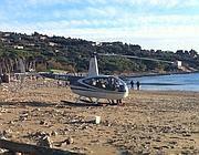 L'elicottero di Piscicelli sulla spiaggia della Feniglia di Ansedonia (Ansa)
