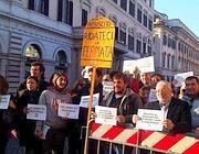 Una protesta contro la soppressione della fermata (Ansa)