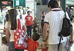 Bimbi & passaporti - Rischio stop per i bimbi in partenza per l'estero a Fiumicino e Ciampino. Dal 26 giugno scorso c'è l'obbligo anche per i minorenni in procinto di espatriare di avere una loro carta d'identità valida per l'espatrio o un passaporto individuale. Non conta più solo, pertanto, che un bambino abbia i propri dati riportati sul documento del genitore. Diversi passeggeri, ignari del nuovo provvedimento, sono incappati in queste settimane nell'inconveniente di rimanere a terra (foto Ansa)