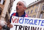 La protesta - Un operaio della Iris Bus durante la  protesta davanti alla Camera dei deputati (Fotogramma)