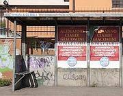Poster abusivi sulla fermata del bus