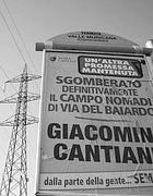 Un poster celebra lo sgombero di un campo nomadi