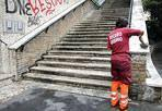 La scalinata torna nuova - Via lo sporco, i segni del tempo, ma soprattutto scritte e graffiti con la vernice spray. La scalinata di via Massaciuccoli (nel II Municipio) è stata ripulita dagli operai dell'Ama, impegnati nell'operazione di ripristino del «decoro urbano». Anche il presidente di Ama, Piergiorgio Benvenuti, ha partecipato alla giornata di rimozione delle scritte murarie, voluta dall'assessorato all'Ambiente di Roma Capitale e organizzata da Ama in collaborazione con «Retake Roma», «Riprendiamoci Roma» e i Pics di Roma. Impiegati sul posto 5 operatori della squadra decoro Ama che, con l'ausilio di due idropulitrici e di una officina mobile, hanno cancellato i graffiti. All'intervento hanno preso parte anche 50 studenti, coinvolti nelle operazioni da «Retake Roma» per fornire il proprio contributo al mantenimento del decoro urbano nel loro quartiere. Rimosse circa 500 metri quadrati di scritte murarie. (foto OmniRoma)