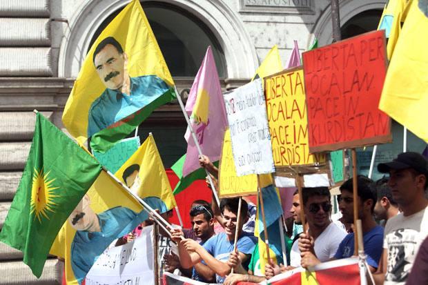 Il ritorno di Ocalan - Torna a Roma, anche se soltanto in effige, Abdullah Ocalan, il leader curdo imprigionato in un carcere di massima sicurezza in Turchia. Striscioni e manifesti che portavano il suo volto sono stati fatti sventolare da un gruppo di manifestanti curdi in piazza Santi Apostoli: gli attivisti chiedono la sua liberazione e la pace in Kurdistan (foto Eidon/Tersigni)