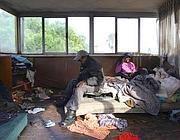 Rifugiati del Mali in un ricovero di fortuna a Roma (foto LaPresse)