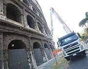 Un intervento per rimuovere frammenti di laterizi dal Colosseo (Jpeg)