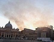 Fumo dietro San Pietro (Ansa)