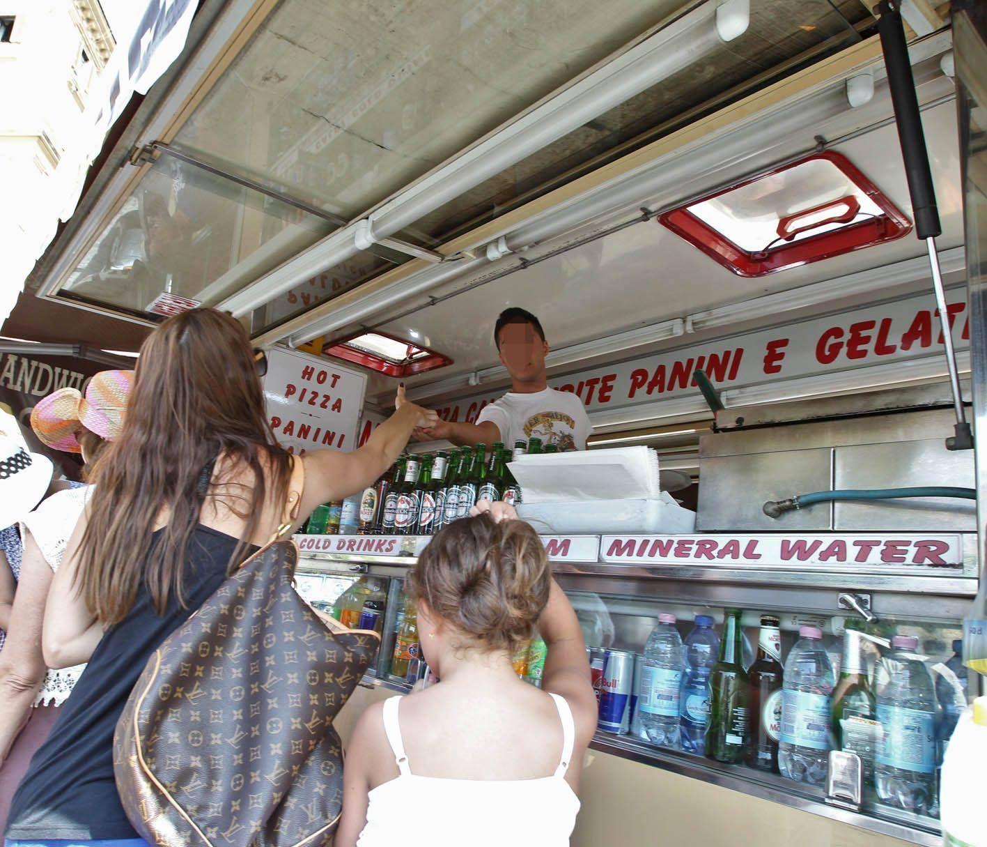 Turisti acquistano acqua da un camion-bar (Jpeg)