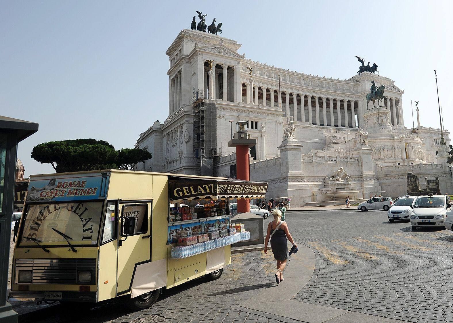 Un camion-bar fermo in piazza Venezia (Jpeg)