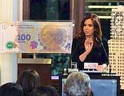 La «presidenta» Kirchner presenta la banconota