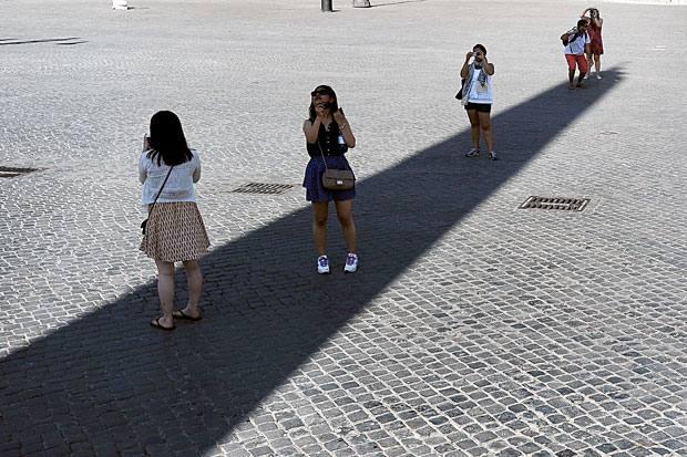 Linea d'ombra - Turisti cercano riparo dal caldo all'ombra proiettata dall'obelisco di Piazza del Popolo (Jpeg)