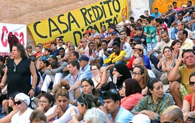 Protesta in Campidoglio - Cori, megafoni e striscioni in piazza del Campidoglio. «Siamo qui- ha detto una rappresentante dei 'Movimenti per il diritto all'abitare' - per protestare contro la svendita del patrimonio pubblico e per chiedere di non dimenticare l'edilizia popolare, così come gli asili e i servizi sociali». Una delegazione dei manifestanti, composta da circa 20 persone, è stata ricevuta dal segretario del sindaco, Antonio Lucarelli. (Foto Jpeg)