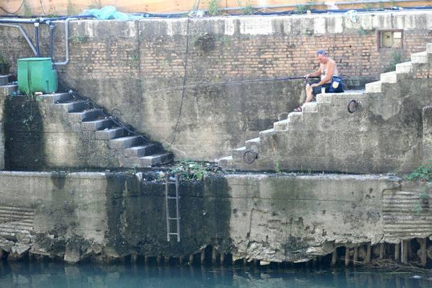 Fiume in secca - Un'immagine del Tevere in secca: il fiume è in sofferenza idrica a causa dell'ondata di caldo che da giorni  ha interessato la capitale (Eidon)