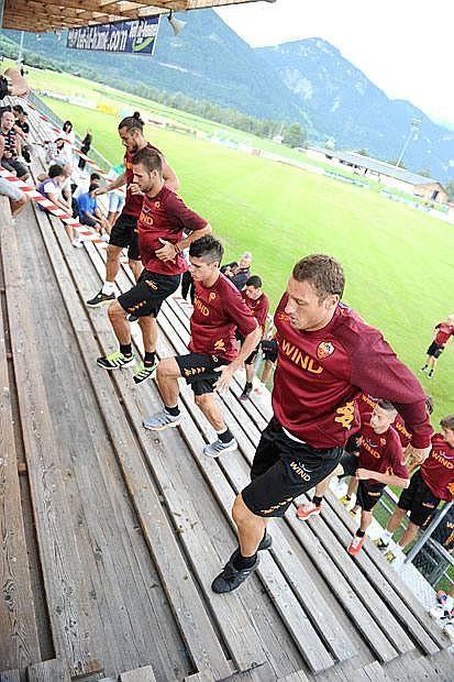 Saltelli austriaci - La Roma di Zeman si allena in Austria, a Irdning: da sinistra  Daniel Pablo Osvaldo, Panagiotis Tachtsidis, Erik Lamela e Francesco Totti (Ansa)