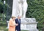 A spasso nel parco - Un po' di relax dopo gli impegni istituzionali. Il premier italiano Mario Monti e la cancelliera tedesca Angela Merkel passeggiano nel parco di Villa Madama al termine del loro incontro a Roma, svoltosi sabato 4.  (foto Ansa/Claudio Peri)