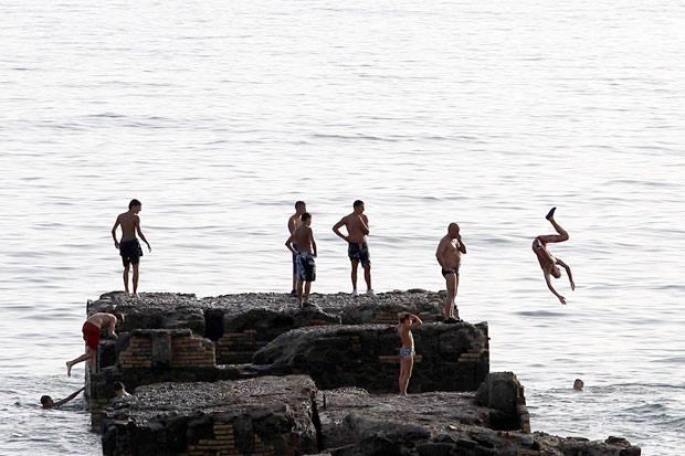 Ho fatto splash - Con il termometro che sfiora i 40 gradi niente di meglio di un tuffo: qui Santa Marinella (Reuters)
