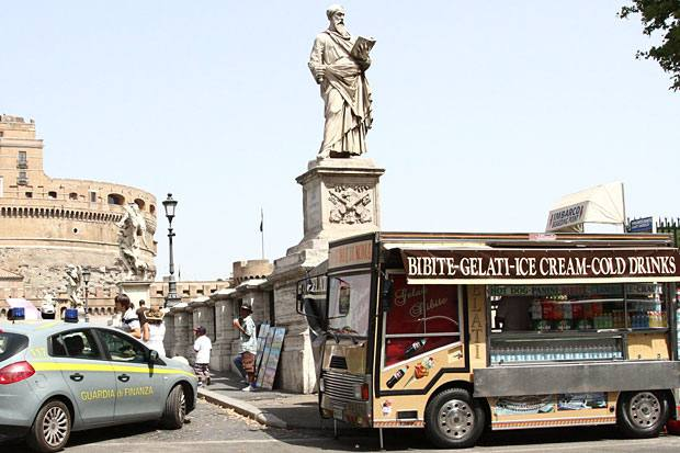 Degrado quotidiano - E' uno dei punti più belli Roma il Ponte dell'Angelo di fronte a Castel Sant'Angelo. Ma come si vede nella foto del lettore Paolo Cerino deturpato dalla presenza dei camionbar