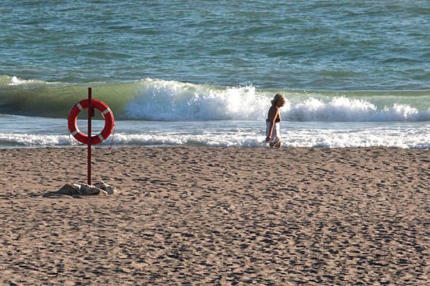 Pochi al mare - Rispetto agli anni passati, si registrano poche presenze di vacanzieri sulle spiagge laziali (Foto La Presse)