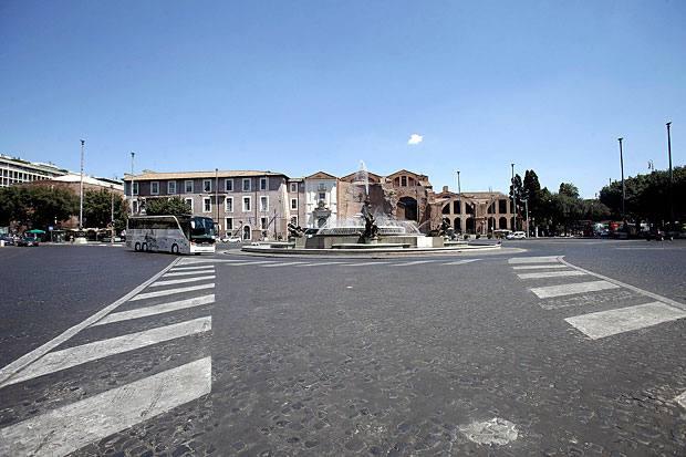 Strade deserte - La città, nel weekend che precede Ferragosto, si è svuotata. Nella foto (Eidon) un'immagine di Piazza della Repubblica con la fontana abitualmente assediata  dalle auto