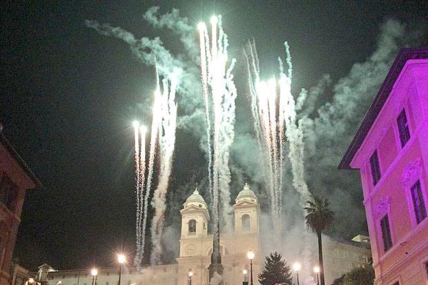 Festa d'estate - Il 14 a mezzanotte in punto si è svolta la festa di saluto al Ferragosto con fuochi d'artificio in piazza di Spagna, ultimo appuntamento di Toccata & Fuga, la manifestazione musicale ideata per i turisti e promossa da Roma Capitale, realizza in collaborazione con il Teatro dell'Opera e Zètema. Alle 22 attori e cantanti hanno interpretato arie e romanze da Verdi, Puccini, Rossini, Bizet, Mozart, Piazzolla (Foto Jpeg)