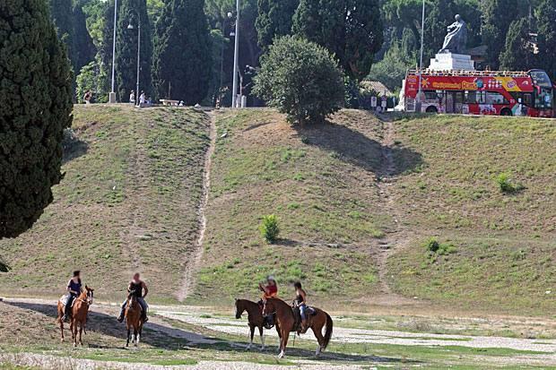 Cavalli al Circo Massimo - Una passeggiata per i luoghi della Città Eterna. Perché non a cavallo? Così alcuni turisti giovedì mattina hanno raggiunto a cavallo il Circo Massimo e lì ne hanno approfittato per fare una camminata in sella proprio dove i romani facevano correre i cavalli (foto Jpeg)