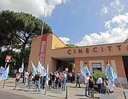 Le proteste davanti agli studi di Cinecittà (Jpeg)