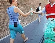 Viene distribuita acqua ai turisti dei Musei Vaticani (Foto Jpeg)