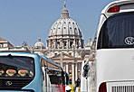 Invasi dai bus turistici - Aumentano da oggi i controlli sui bus turistici che parcheggiano abusivamente a Roma. La disposizione del comandante dei Vigili Buttarelli, riguarderà soprattutto il centro storico, particolarmente preso d'assalto in questo periodo dell'anno (foto Jpeg)