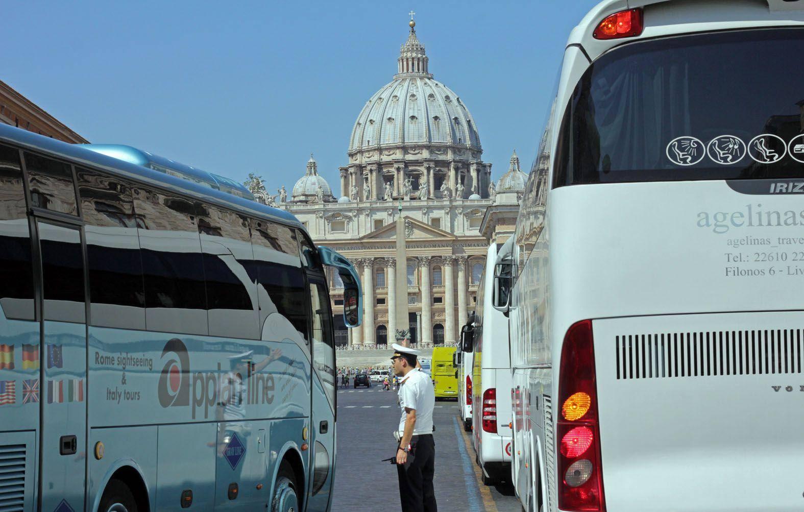 Vigili e bus turistici in via della Conciliazione (Jpeg)