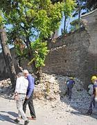 Alemanno e Broccoli  vicino alla parete crollata (Proto)
