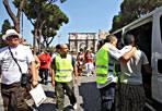 Controlli anti-abusivi - Operazione anti-abusivismo commerciale nella mattinata di mercoledì 22 davanti al Colosseo. I vigili urbani del Gruppo sicurezza sociale e urbana (Gssu) del comandante Maurizio Maggi hanno fermato alcuni commercianti ambulanti di nazionalità bengalese che vendevano marce contraffatta: ombrellini di carta, foulard, gadget. Alla vista degli agenti alcuni bengalesi hanno cercato di fuggire fra i turisti che, come ogni giorno, affollavano le zone attorno all'Anfiteatro Flavio e ai Fori imperiali ma sono stati inseguiti e bloccati. In tredici sono stati accompagnati in ufficio. Fra loro anche tre minorenni. Nei confronti di cinque ambulanti sono scattate sanzioni amministrative mentre i vigili hanno sequestrato circa 900 articoli contraffatti. (testo Rinaldo Frignani, foto Jpeg)