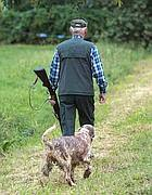 Un cacciatore in campagna (Fotogramma)