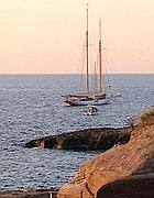 Un veliero nella rada di Ventotene: pochi i diportisti anche nell'estate 2012