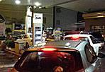 Benzina: addio sconti  - Code nella notte tra domenica e lunedì ai distributori: nella foto Ansa, auto in attesa di fare rifornimento alla stazione Eni di corso Francia.  Dalle 7 di lunedì 3 settembre,  per i carburanti si è tornati al prezzo pieno. Sono scadute  infatti le promozioni estive lanciate da Eni e da altre compagnie petrolifere sugli impianti self service. Si torna, sette giorni su sette, a prezzi che sono tra i più alti d'Europa
