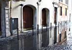Deputati «allagati» - Non solo Ostia e litorale, anche nel centro di Roma le forti piogge di mercoledì hanno provocato allagamenti. In questa foto la grande pozzanghera di via del Pozzetto, dove si affacciano gli uffici della Camera dei Deputati, che impedisce l'attraversamento della strada. L'acqua non riesce a defluire nei tombini ostruiti (foto Paolo Cerino)